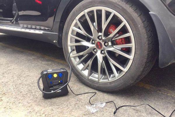 bơm lốp ô tô 3